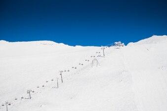 Cielo azul y blanco de la nieve
