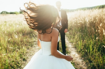 Boda. La novia en un vestido blanco y el novio en una chaqueta están encendido