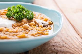 Bol de patatas con verduras