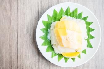 Bola de coco con mango por encima troceado