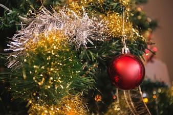 Bola roja colgando de un árbol de navidad