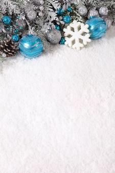 Bolas azules de navidad y un copo de nieve