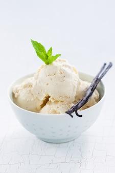 Bolas de helado en un bol