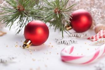 Bolas de navidad con barras de caramelo