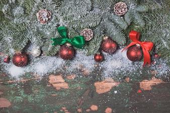 Bolas rojas de navidad enganchadas a las ramas de un pino