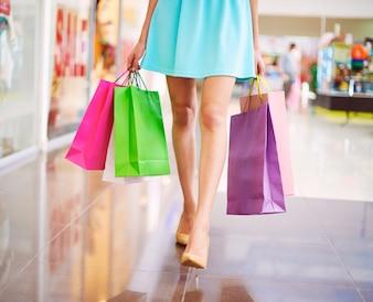 Bolsas de colores en el centro comercial