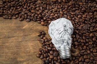 Bombilla fabricada de papel de aluminio sobre granos de café
