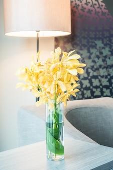Bonito jarrón con flores amarillas