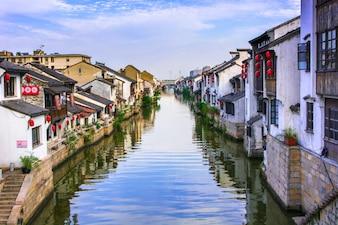 Bonito pueblo con un río