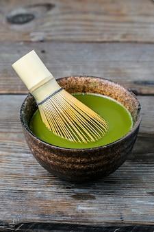 Bordo de un tazón de té de té verde
