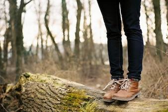 Botas marrones y pantalones vaqueros