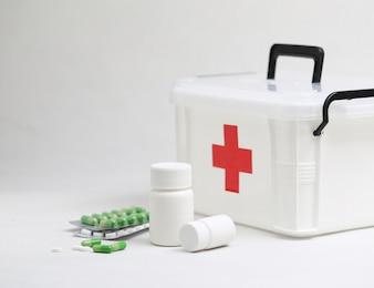 Botellas de la medicina y kit médico casero
