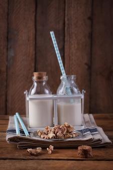 Botellas de leche y nueces de frente