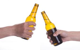 Brindando con dos cervezas