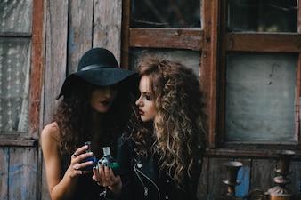 Brujas jóvenes haciendo experimentos