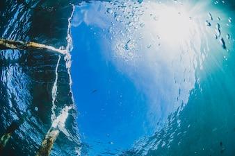 Bucear en el mar cerca de un puerto