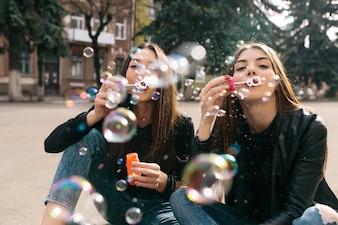 Burbujas con chicas detrás
