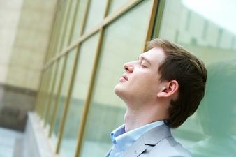 Cabeza masculina relajado blanco positivo