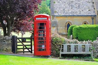 Cabina de teléfono roja en el campo