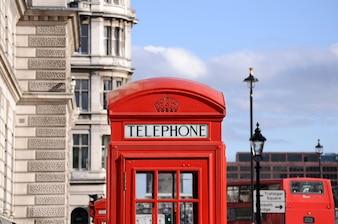 Cabina de teléfonos roja y autobús de dos pisos en londres