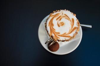 Café con crema en vasos. Cierre hasta cubierto de chocolate batido, salsa de chocolate en la vista superior