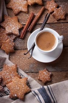 Café con vainilla con algunas galletas