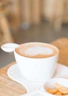 Café latte caliente en la tienda
