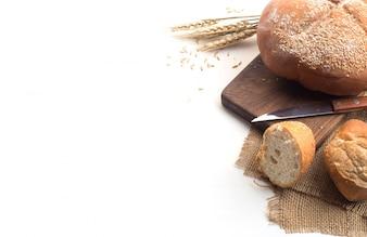 Café negro y pan de trigo integral para el desayuno sobre fondo blanco