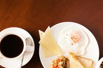 Café y huevos para el desayuno