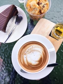 Café y pastel de chocolate