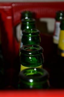 Caja con botellas de cerveza vacías