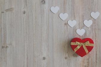 Caja con forma de corazón roja con corazones blancos