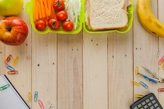 Caja de almuerzo y materiales escolares