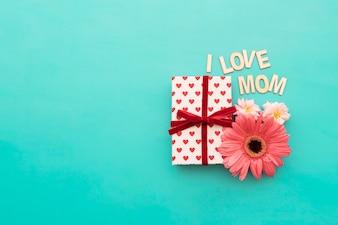 Caja de regalos con diseño de corazones, flores y lettering  i love mom