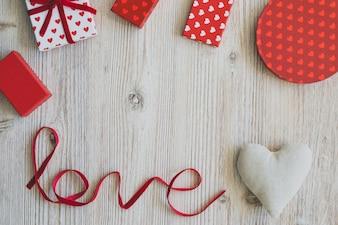 Cajas de regalo sobre una mesa de madera con la palabra  love  y un corazón