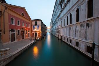 Calle atravesada por un canal