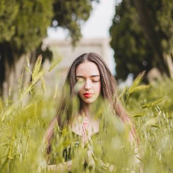 Calma mujer en la hierba
