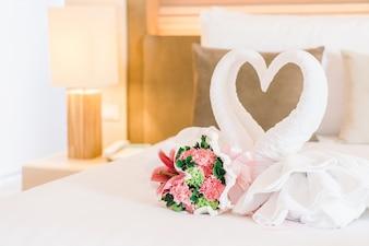 Cama de matrimonio boda hermosa lámpara