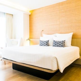 Cama doble con almohadas