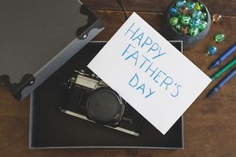Cámara en una caja y escrito para el día del padre