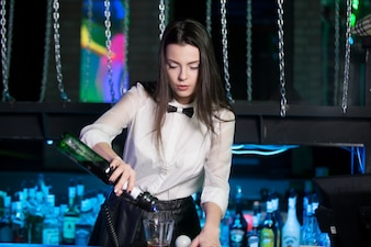 Camarera preparando una copa