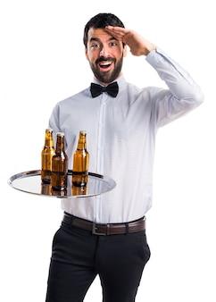 Camarero, cerveza, botellas, bandeja, saludar