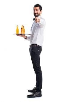 Camarero, cerveza, botellas, bandeja, señalar, frente