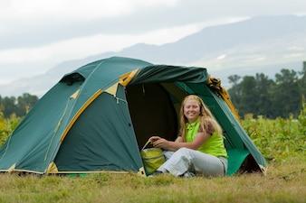 Camping mujer feliz