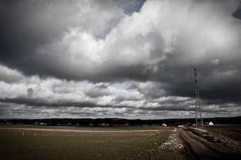 Campo con nubes de tormenta