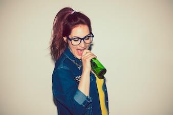 Cantando con una botella de cerveza como micrófono