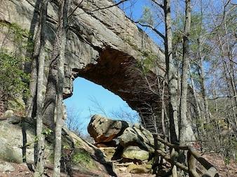 cantos rodados de piedra del puente de roca natural,