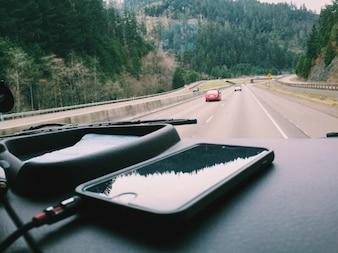 Interior del coche y el teléfono móvil