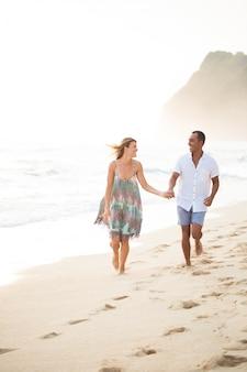 Carefree pareja disfrutando de vacaciones