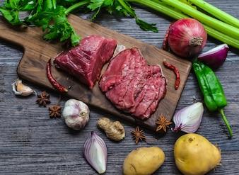 Carne cruda de carne de vacuno en una tabla de cortar